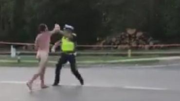 Nagi mężczyzna wszedł na skrzyżowanie i zaatakował policjanta drogówki