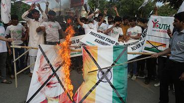 Pakistan zdecydowanie potępia zniesienie specjalnego statusu Kaszmiru. W ramach protestu spalili plakat premiera Indii Narendry Modiego.