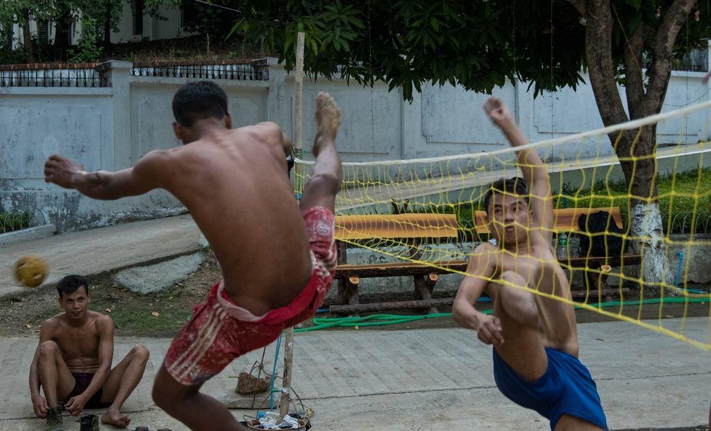 Siatkonoga - birmański sposób na nudę