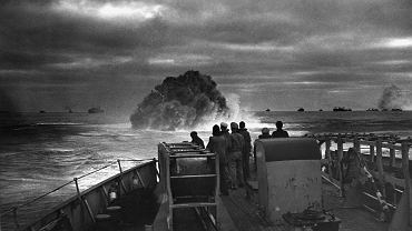17 kwietnia 1943 r., bomby głębinowe z kutra amerykańskiej straży przybrzeżnej USS 'Spencer' wymuszają wynurzenie niemieckiego okrętu podwodnego U-175