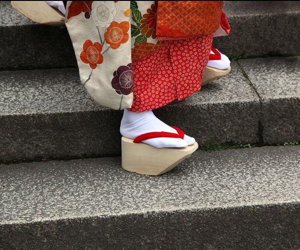 Tradycyjne drewniane sandały okobo. Wysoki koturn chroni kimono przed zabrudzeniem / Fot. Ben Jeayes/Shutterstock.com