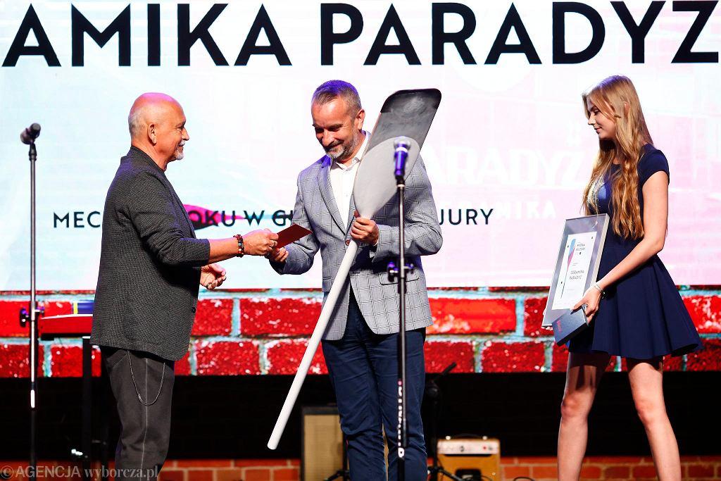 Wiosła Kultury 2020. W kategorii mecenas nagrodzono Ceramikę Paradyż. Nagrodę wręcza Andrzej Pągowski