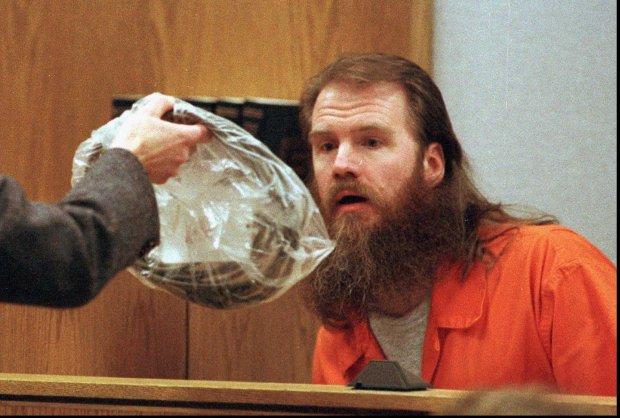 Jon Krakauer zaczyna swą opowieść od morderstwa - 24 lutego 1984 r. dwaj mormoni, uważający się za proroka Ron Lafferty i jego młodszy brat Dan, poderżnęli gardło żonie oraz 15-miesięcznej córce ich brata Allena, powołując się przy tym na wolę niebios. Ron, który usiłował popełnić w więzieniu samobójstwo, dostał karę śmierci, natomiast Dan Lafferty (na zdjęciu) został skazany na dwukrotne dożywocie.