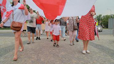 Białorusini i Białorusinki oraz wspierający ich białostoczanie i białostoczanki w czasie piątkowego (25 czerwca) marszu w centrum podlaskiej stolicy przypomnieli o zbrodniach reżimu Aleksandra Łukaszenki