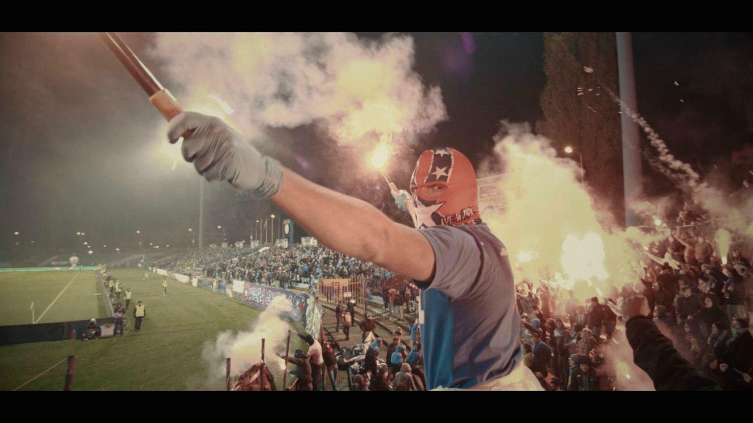 Kadr z filmu 'Niebieskie Chachary' Cezarego Grzesiuka