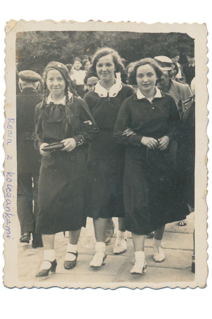 Regina Mizgier (pierwsza od lewej) z koleżankami