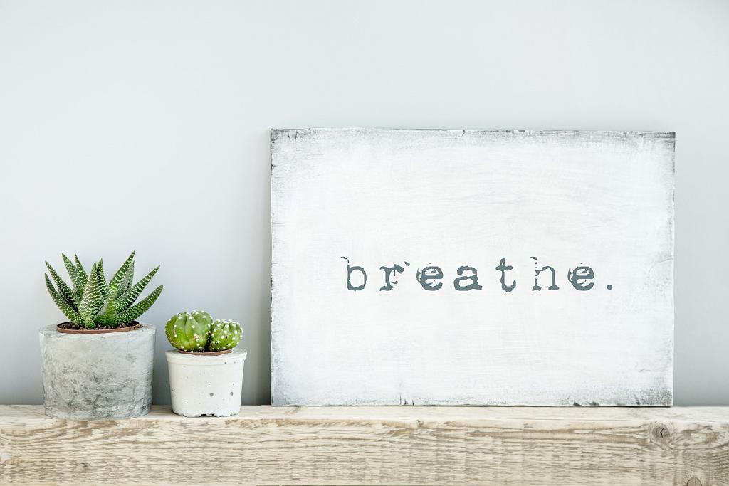 Minimalistyczny plakat motywacyjny 'Breathe'.