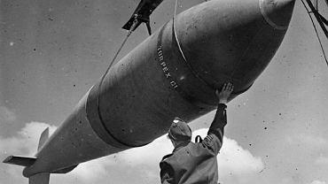 Załadunek bomby 'Tallboy' - zdjęcie ilustracyjne / Fot. Royal Air Force Bomber Command, 1942-1945/ WIkimedia Commons