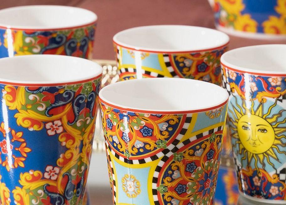 Włoska porcelana z kolorowymi ornamentami.