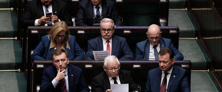 Sondaż. PiS wygrywa wybory bez koalicjantów. Fatalny wynik Ziobry i Gowina