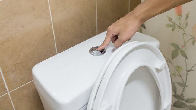 Wlej do toalety płyn do mycia naczyń i zalej gorącą wodą. Niewiele osób zna ten trik