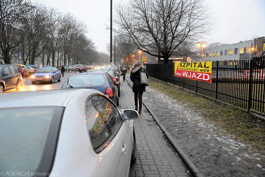 Nieprawidłowo zaparkowane samochody przy nowym Szpitalu Pediatryczny w Warszawie