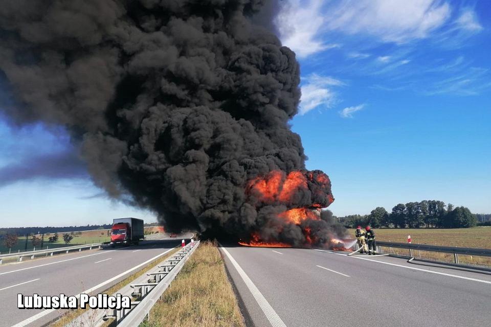 W poniedziałek 28 września na drodze S3 pod Nową Solą zapłonęła naczepa ciężarówki