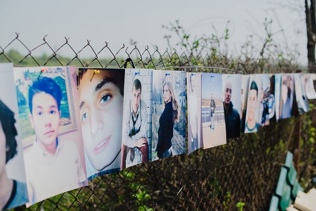 Portrety młodych więźniów, które ich matki podczas głodówki protestacyjnej zawiesiły na płocie