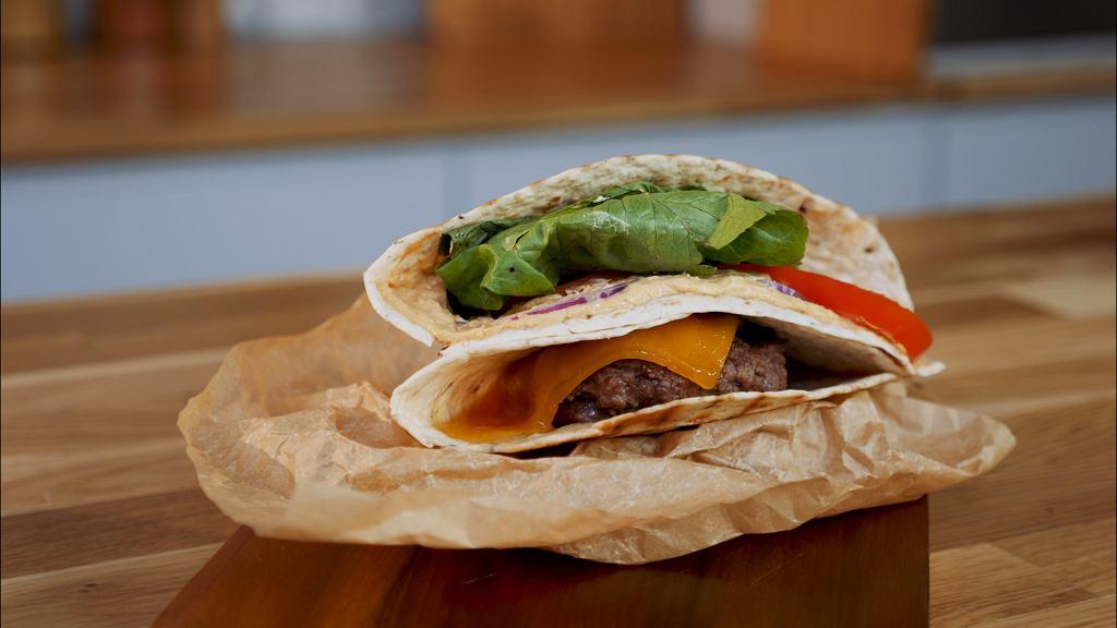 Tortilla burger z sosem z serka śmietankowego Łaciaty barbecue z konopiami