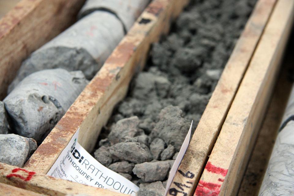 Próbki geologiczne wydobyte przez Rathdowney Resources