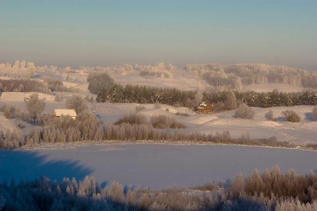 Miejsca w Polsce i blisko granicy, które warto odwiedzić zimą. Sześć niebanalnych propozycji