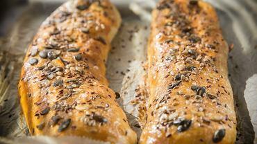 Kulebiak wigilijny, czyli wielką struclę z ciasta drożdżowego wypełnioną nadzieniem, przygotowuje się z kapustą i grzybami
