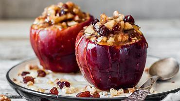 Przepis na jabłka pieczone w piekarniku jest bardzo łatwy. Zdjęcie ilustracyjne