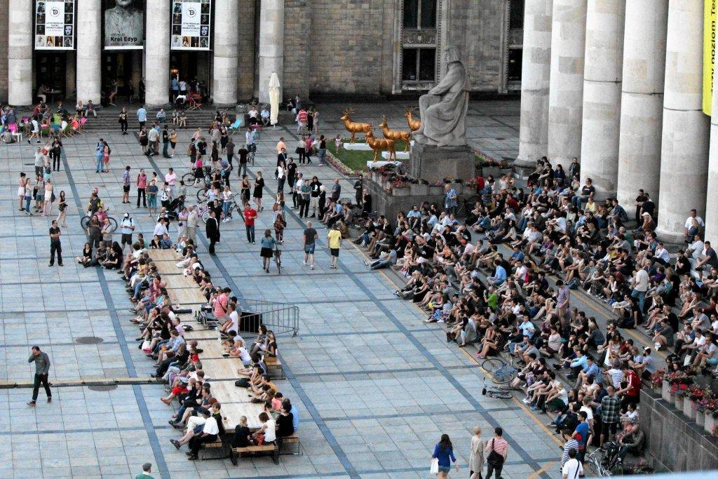 Atrakcje Warszawy: w ramach projektu Plac Defilad, w minione wakacje na centralnym placu stolicy stanął ogromny stół / Materiały prasowe