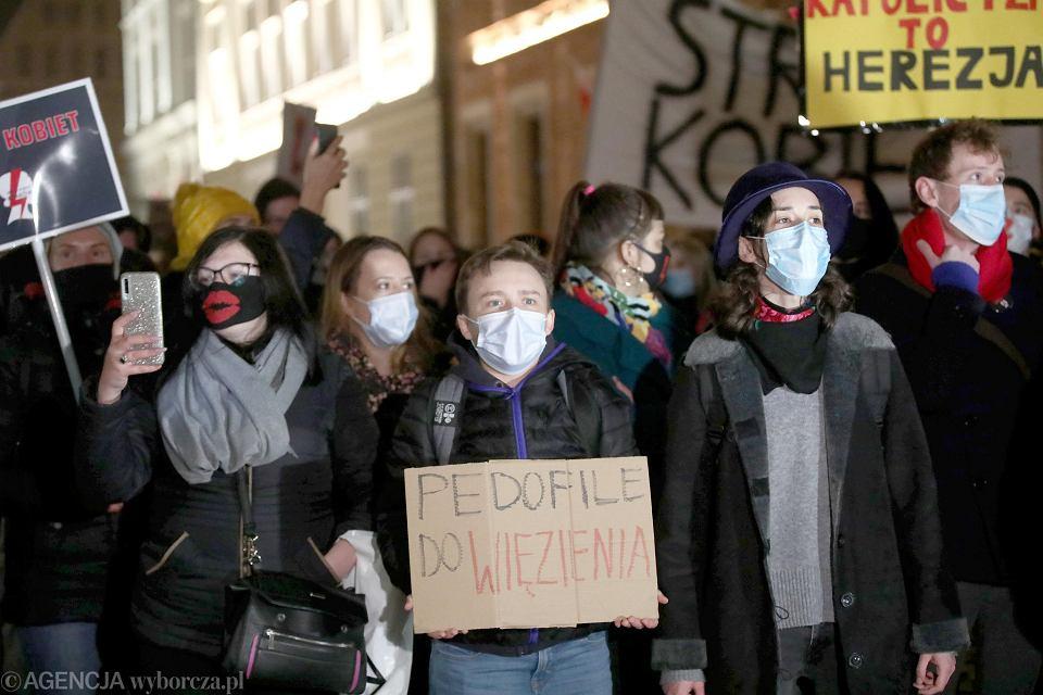 Strajk kobiet w Krakowie. Manifestacja 'Mamy dość, Don Stanislao' pod kamienicą na Kanoniczej, w której mieszka kard. Dziwisz.