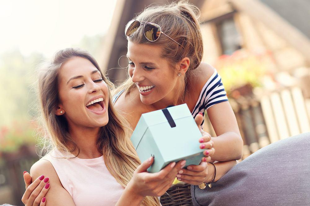 Prezent dla przyjaciółki na urodziny musi być wyjątkowy. Zdjęcie ilustracyjne