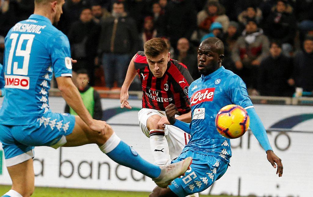 Krzysztof Piątek strzela gola w meczu Milan - Napoli