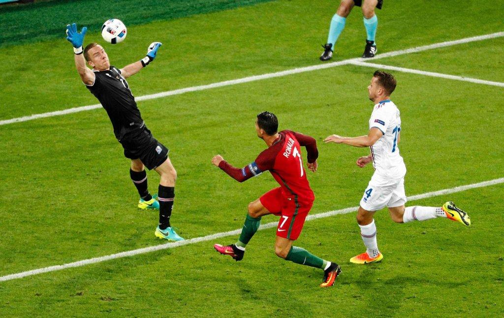 Euro 2016. Portugalia - Islandia. Hannes Halldorsson i Cristiano Ronaldo