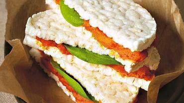 Czerwony hummus na krakersach ryżowych