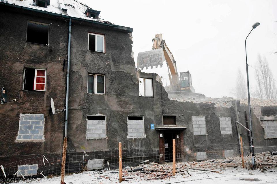 Rozbiórka budynków w bytomskiej dzielnicy Karb, które w wyniku szkód górniczych nie nadawały się  już do zamieszkania. Bytom, 22 grudnia 2011 r.