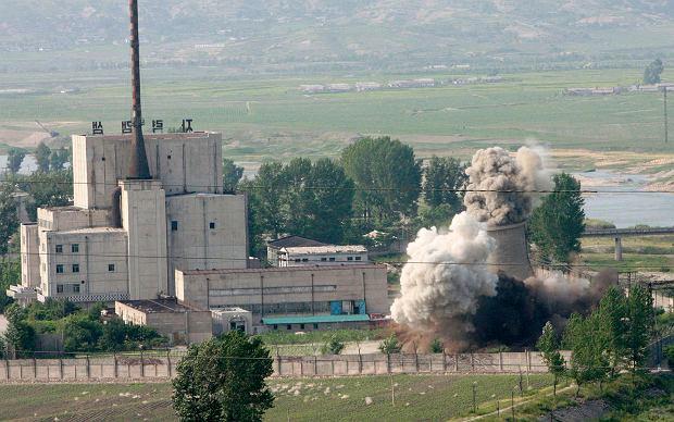 W 2008 roku po poprzednich negocjacjach i zbliżeniu na linii USA-Korea Północna wysadzono część reaktora w Jongbjon. Była to akcja pokazowa, bo owa część, czyli komin chłodniczy, nie był już potrzebny. Reaktor działa do dzisiaj