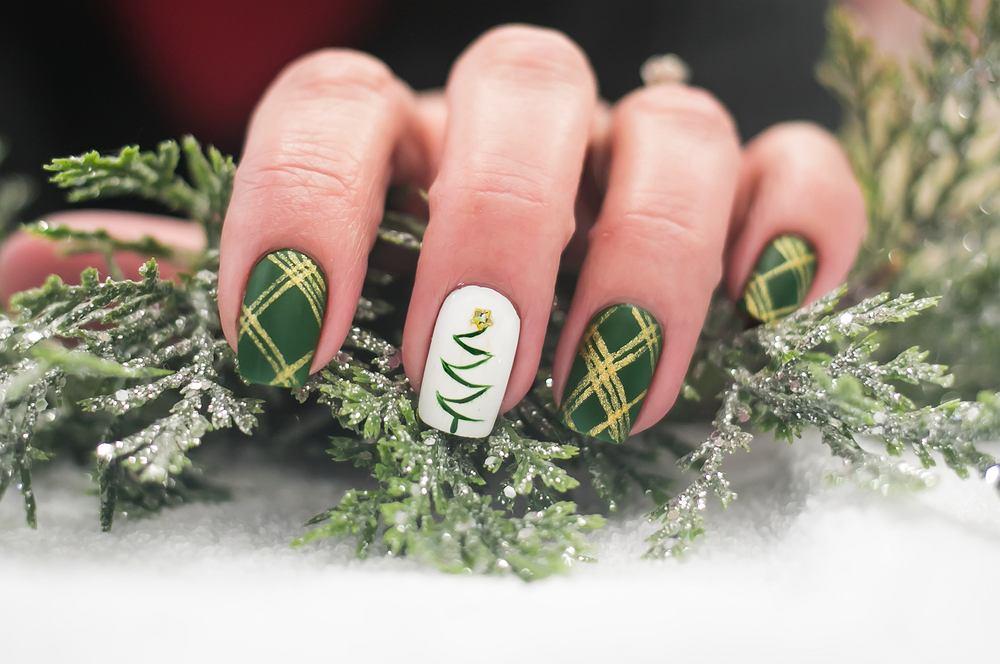 Paznokcie świąteczne warto dopierać do stylizacji. Zdjęcie ilustracyjne