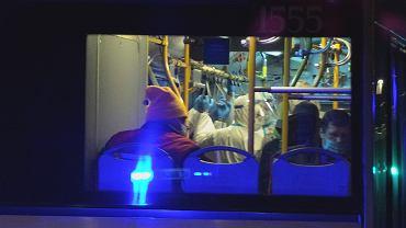 Osoby ze schroniska dla chorych 'Betlejem' jadą do szpitala na Stadionie Narodowym