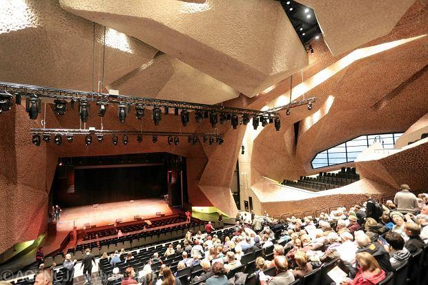 29.11.2015 Torun . Sala koncertowa . Zwiedzanie przez mieszkancow Torunia Centrum Kulturalno - Kongresowego