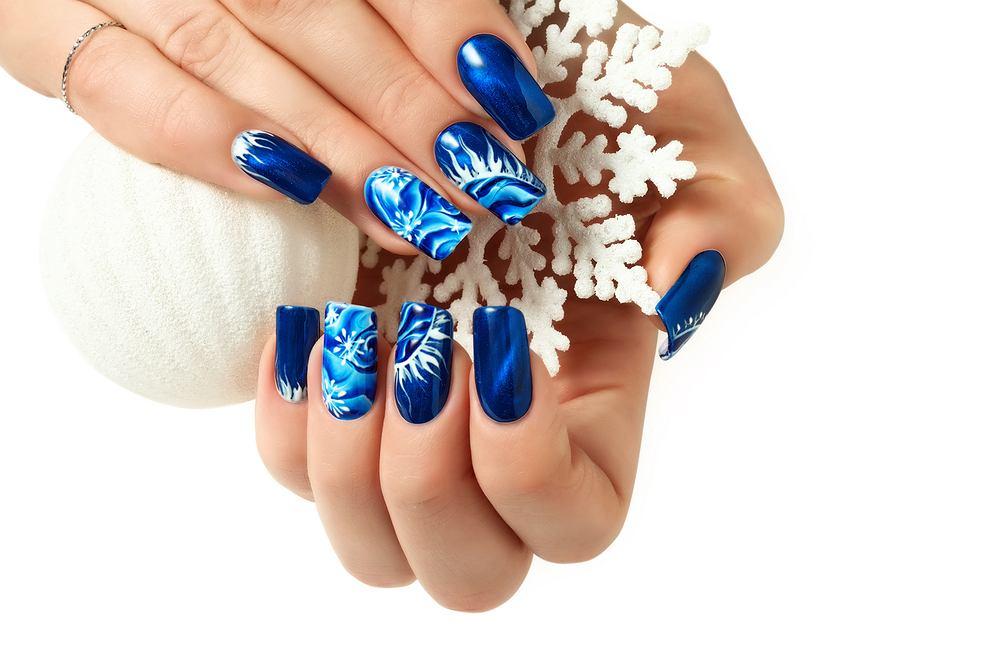 Śnieżynki na paznokciach. Zdjęcie ilustracyjne