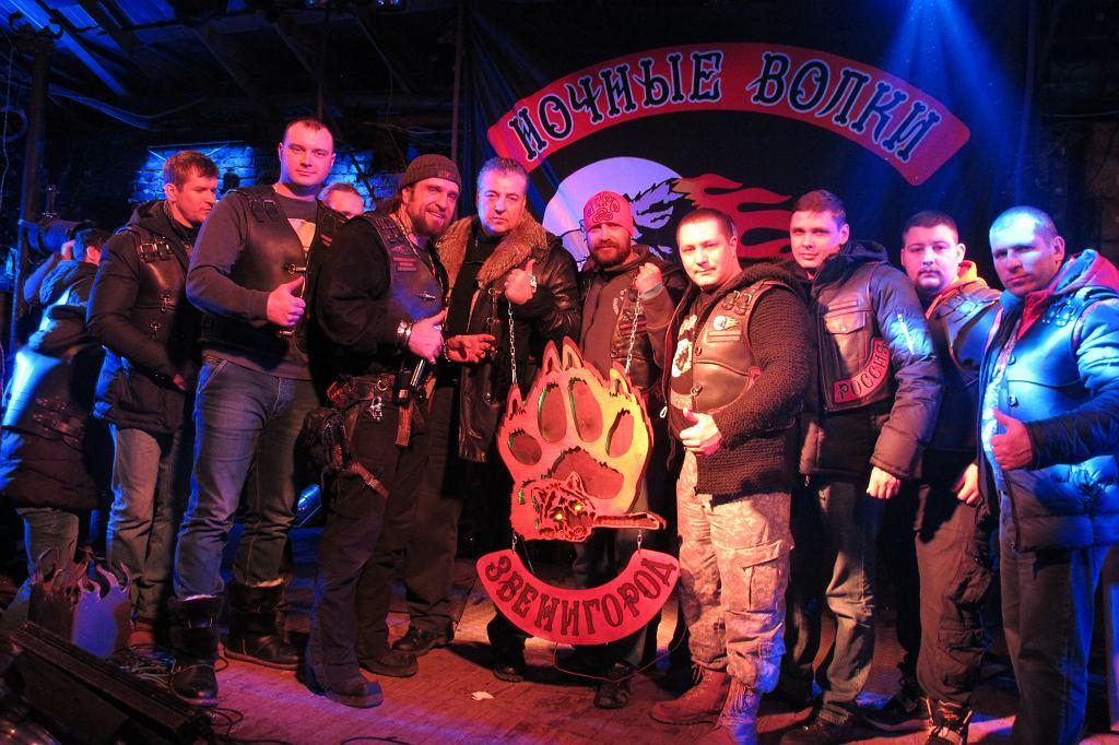 Na scenie w klubowych pomieszczeniach kolejne oddziały Wilków składają podarki i życzenia urodzinowe Chirurgowi. Celebracje trwały całą noc (fot. Lech Potyński)