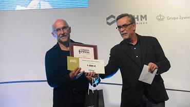 Piotr Pacewicz z nagrodą Grand Press, obok wręczający mu ją Jacek Żakowski