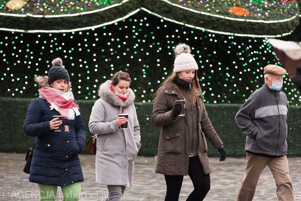 Zdjęcie numer 1 w galerii - Tłumy na Rynku we Wrocławiu. Spacery z jedzeniem na wynos i puszczanie baniek