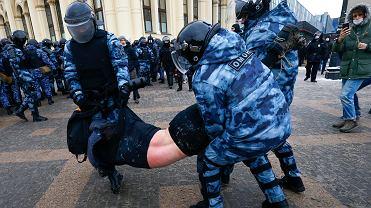 Funkcjonariusze OMON-u zatrzymują uczestnika protestu przeciw uwięzieniu Aleksieja Nawalnego, Moskwa, 31 stycznia 2021 r.