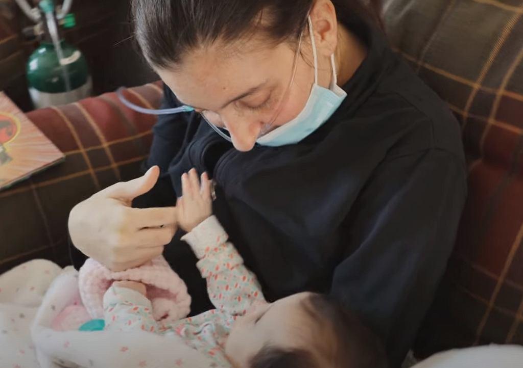 Kelsey Townsend pierwszy raz w życiu trzyma w ramionach swoją córeczkę.