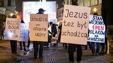 'Obrazem i muzyką chcemy zwrócić uwagę mieszkańców Lublina na dramatyczny los ludzi, pokrzywdzonych przez wojny i konflikty narodowościowe, czekających na granicach Polski i Europy oraz w specjalnych ośrodkach na terenie naszego kraju, na możliwość skorzystania z azylu lub otrzymania statusu uchodźcy' pisali organizatorzy happeningu 'Jezus był uchodźcą', który odbył się w środę wieczorem przy Koziołku na skrzyżowaniu ulic Krakowskie Przedmieście i Wróblewskiego. Organizatorem wydarzenia był lubelski Komitet Obrony Demokracji. 'Także my, Polacy, jesteśmy imigrantami w wielu krajach. Bądźmy solidarni w tym nieszczęściu, które uchodźcom zgotował nie tylko los, ale przede wszystkim złe rządy ich krajów, podziały polityczne i religijne, zło i nienawiść podsycana przez spragnionych władzy nieodpowiedzialnych polityków.' - podkreślają pomysłodawcy akcji.