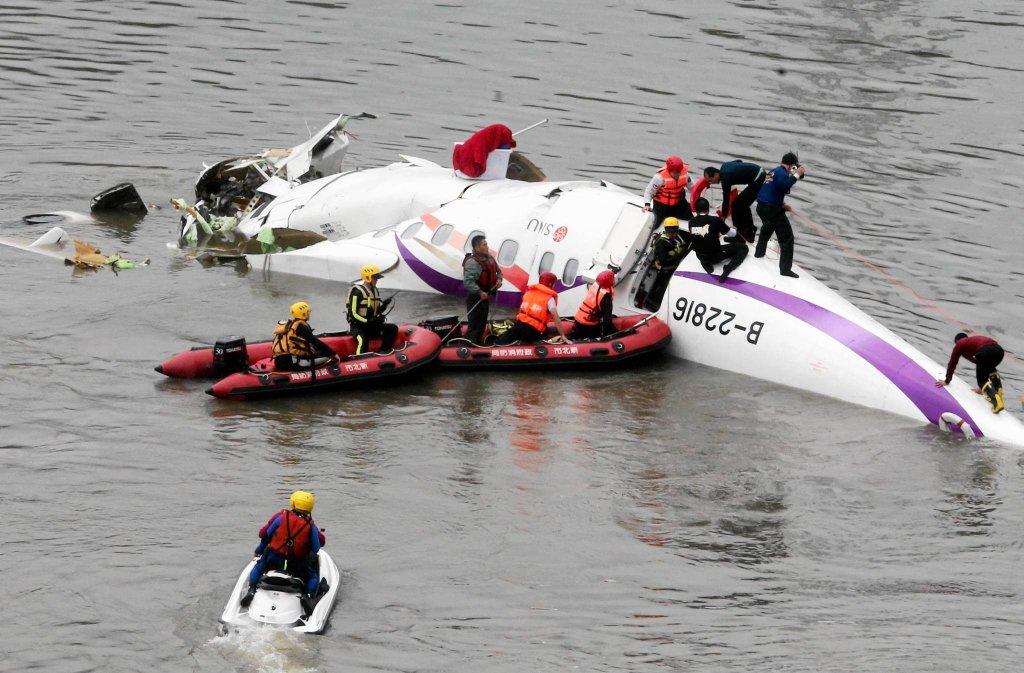 Ratownicy wyciągają pasażerów z wraku samolotu, który rozbił się w Tajpej