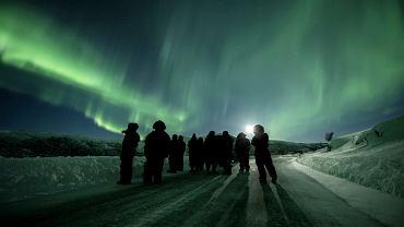 Jest dużo frajdy w jeżdżeniu i szukaniu dziur w chmurach. Wycieczka ogląda zorzę polarną, okolice Tromso