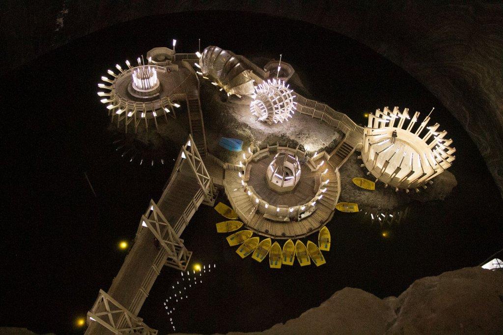 Zazwyczaj bilet na diabelski młyn kupuje się po to, by móc z góry podziwiać panoramę miasta. A co powiecie na przejażdżkę diabelskim młynem 120 metrów pod ziemią? Taką atrakcję znajdziecie w starej kopalni soli w Rumunii, Salina Turda. A to dopiero początek.