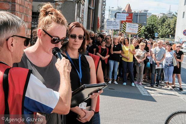 """Bunt """"pomijanych"""". Salowe, portierki, sekretarki i rejestratorki wyszły przed poznański szpital przy Długiej"""