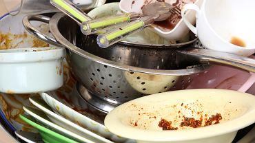 Wrzuć torebkę po herbacie do zlewu z brudnymi naczyniami. Świetny trik, który musisz znać (zdjęcie ilustracyjne)