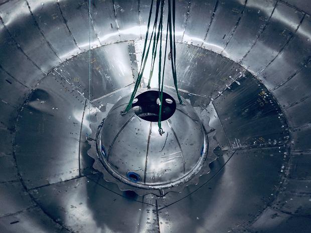 Widok na wnętrze jednego z dwóch głównych zbiorników paliwa w pojeździe Starship. Wyraźnie widać, że nie jest to tak precyzyjne wykonanie jak w standardowo produkowanych rakietach