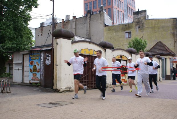 7. Weekend Polska Biega w 2011 r. Symboliczna akcja ?Biegnę Po Dach? na 5 km po ulicy Piotrkowskiej w Łodzi