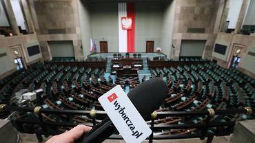 Mikrofon z kostka i logo Wyborcza.pl