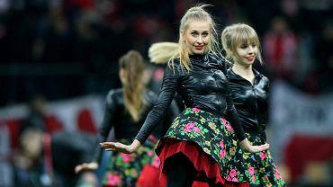 Zespół cheerleaderek z Gdyni, który w ostatnich latach robił furorę w Polsce, Europie, a nawet w USA na meczach NBA, zabawia publiczność nie tylko podczas meczów koszykarskich. Gdyński cheerleaderki towarzyszą także piłkarzom reprezentacji Polski i zaprezentowały się podczas środowego spotkania biało-czerwonych na Stadionie Narodowym w Warszawie z drużyną Szkocji